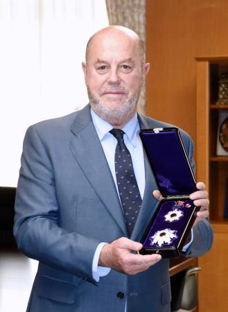 旭日重光章を授与された世界空手連盟のアントニオ・エスピノス会長=26日午後、文科省
