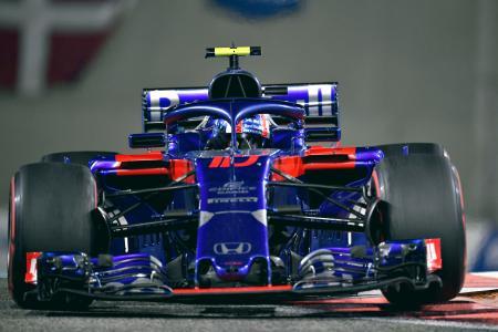 25日、F1アブダビ・グランプリで疾走するトロロッソ・ホンダのマシン(ゲッティ=共同)