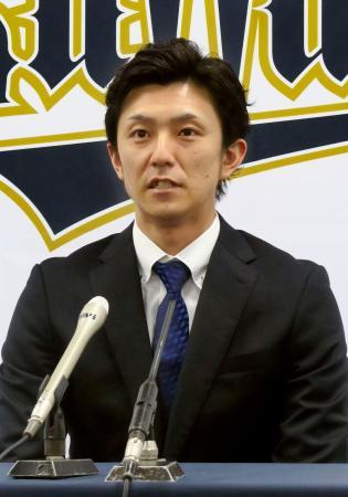 契約更改を終え、記者会見するオリックスの増井=27日、大阪市