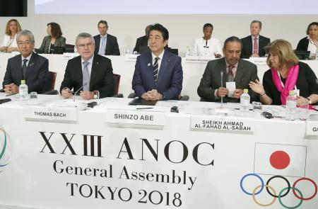 ANOCの総会に臨む(左から)JOCの竹田恒和会長、IOCのバッハ会長、安倍首相ら=28日午前、東京都内のホテル