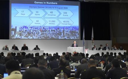 ANOCの総会で、東京五輪の準備状況を報告する組織委の武藤敏郎事務総長(壇上中央)=29日午前、東京都内のホテル