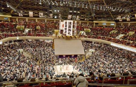 満員御礼の垂れ幕が下がった初場所の東京・両国国技館=1月28日