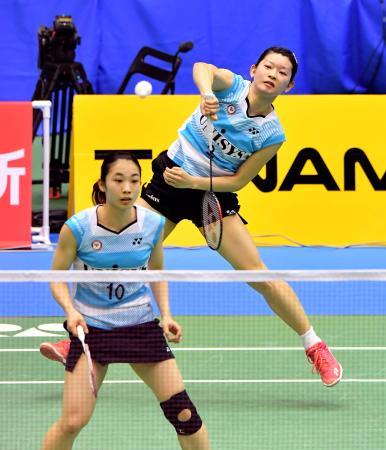 女子ダブルスで準々決勝進出を決めた高橋礼(奥)、松友組=駒沢体育館