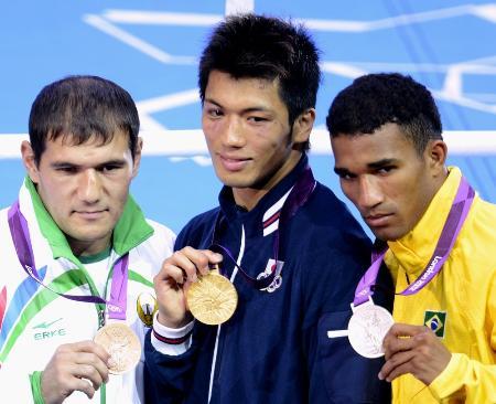 ロンドン五輪ボクシング男子ミドル級で獲得した金メダルを手にポーズをとる村田諒太(中央)ら=2012年8月