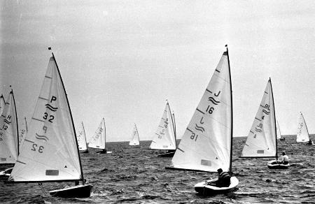 フィン級 帆走する日本フィン級(J―16・山田貴司)=1964(昭和39)年10月21日、江の島