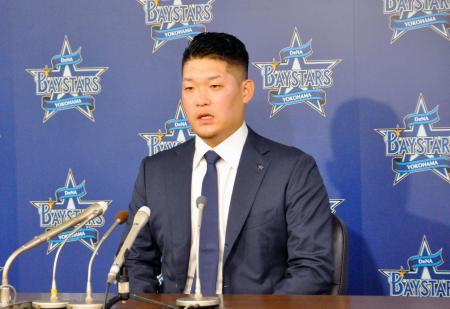 契約更改交渉を終え、記者会見するDeNAの筒香外野手=30日、横浜市内の球団事務所