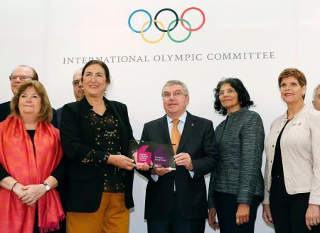IOC理事会を前に記念撮影するバッハ会長(中央)ら=1日午前、東京都内