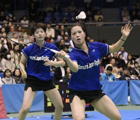 女子ダブルスで決勝進出を決めた福島(右)、広田組=駒沢体育館
