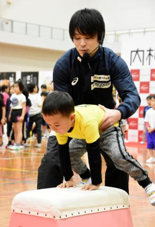 体操教室で跳び箱を教える内村航平=2日、長崎県長与町