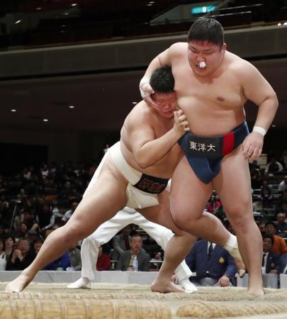 決勝で重松龍大を寄り切りで破り、優勝した黒川宏次朗(左)=両国国技館