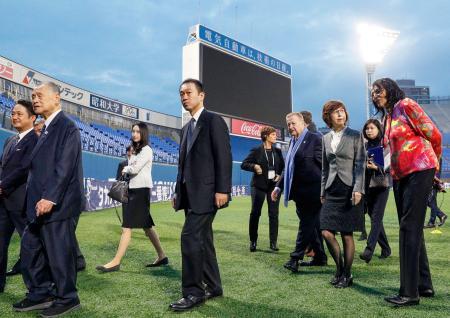 東京五輪で野球・ソフトボールの主会場となる横浜スタジアムを視察に訪れた、IOCのコーツ調整委員長(右から4人目)ら視察団。左から2人目は大会組織委の森喜朗会長=3日午後、横浜市