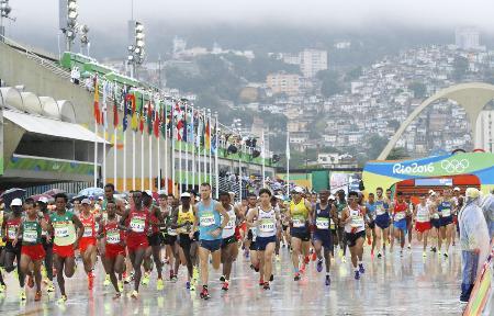2016年のリオデジャネイロ五輪でスタートする男子マラソンの選手(共同)