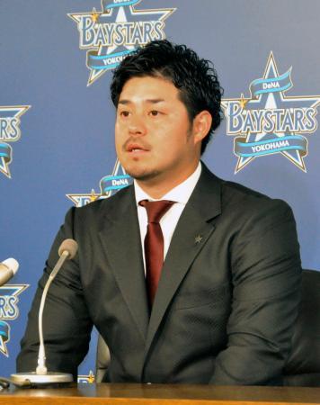 契約更改交渉を終え、記者会見に臨むDeNAの宮崎敏郎内野手=4日、横浜市内の球団事務所
