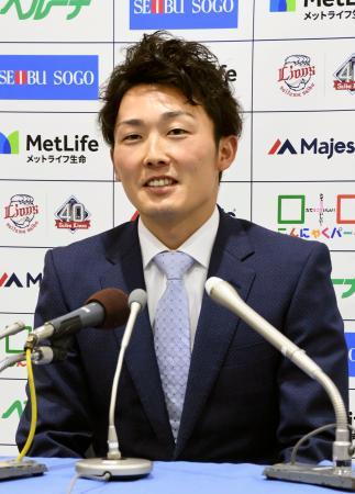 契約更改交渉を終え、記者会見する西武の源田壮亮内野手=4日、埼玉県所沢市のメットライフドーム