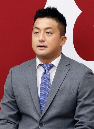 契約更改交渉を終え、記者会見する巨人の沢村拓一投手=4日、東京都内の球団事務所