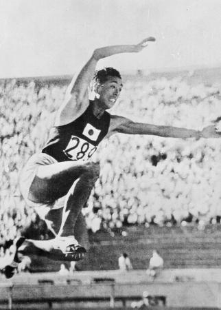 ロサンゼルス五輪の陸上男子三段跳びで、世界新をマークして優勝した南部忠平=1932年