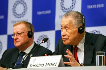 東京五輪の合同会議を終え、記者会見するIOCのコーツ調整委員長(左)と大会組織委の森喜朗会長=5日午後、東京都内
