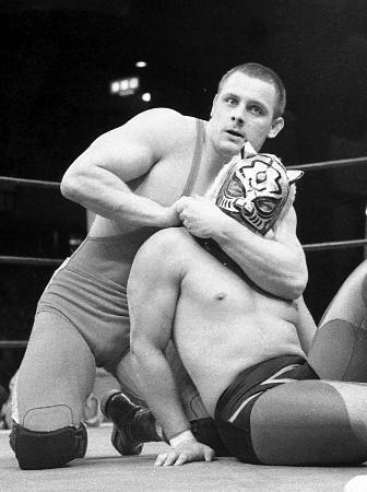 タイガーマスクと対戦するダイナマイト・キッドさん(左)=1982年、東京体育館(山内猛氏撮影)