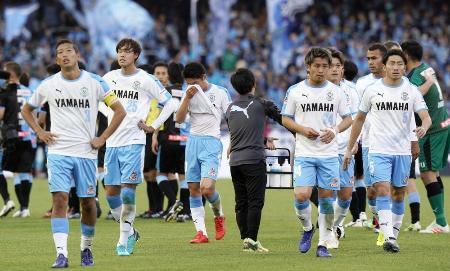 川崎に敗れてプレーオフに回ることが決まり、さえない表情の(左から)大井、大南ら磐田イレブン=等々力