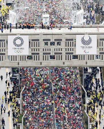 今年の東京マラソンで都庁前を一斉にスタートする大勢のランナー=2月、東京・西新宿