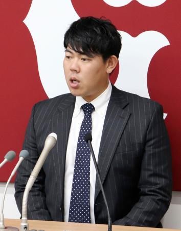 契約更改交渉を終え、記者会見に臨む巨人の山口俊投手=6日、東京都内の球団事務所
