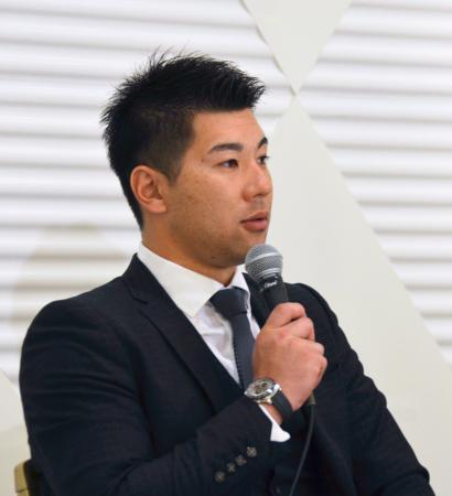 日本プロ野球選手会の定期大会後に記者会見する炭谷銀仁朗会長=6日午後、大阪市