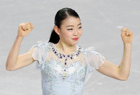 フィギュアスケートGPファイナルの女子SPで、演技を終えガッツポーズをする紀平梨花。ルール改正後の世界最高をマークし首位に立った=6日、バンクーバー(共同)
