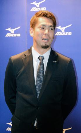 ミズノのイベントに出席後、記者の質問に答えるドジャースの前田健太投手=7日、大阪市