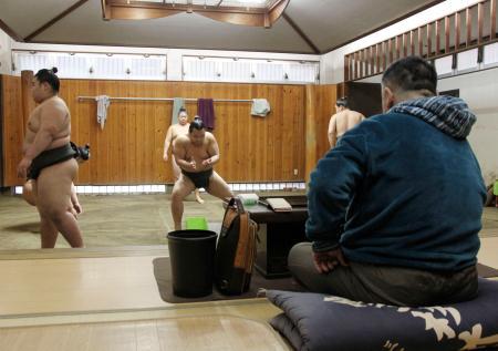 元貴ノ岩の引退から一夜明けて稽古する力士。右の背中は千賀ノ浦親方=8日午前、東京都台東区