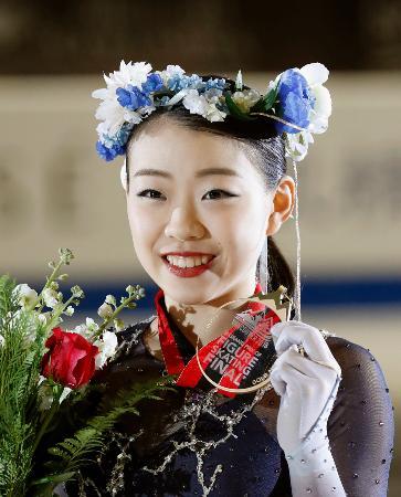 GPファイナル初出場で優勝し、メダルを手に笑顔を見せる紀平梨花=バンクーバー(共同)