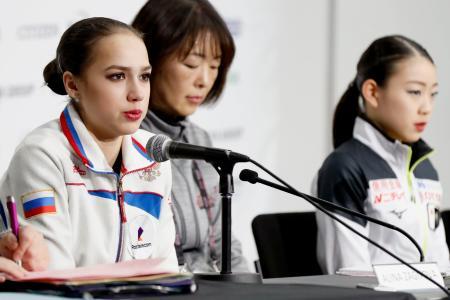 記者会見で質問に答えるロシアのアリーナ・ザギトワ。右は紀平梨花=バンクーバー(共同)