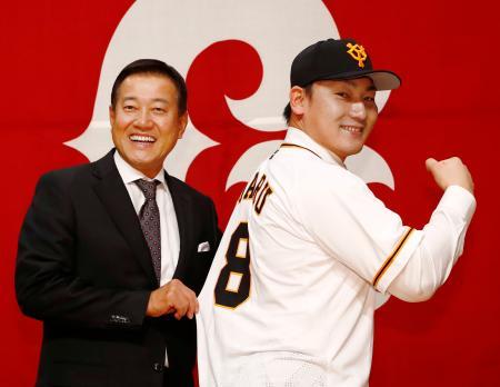 入団記者会見後、ユニホームを着てポーズを取る巨人の丸佳浩外野手(右)と原辰徳監督=11日、東京都内のホテル