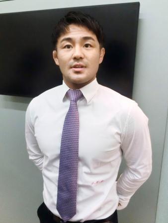 羽田空港で取材に応じる柔道男子の橋本壮市=12日