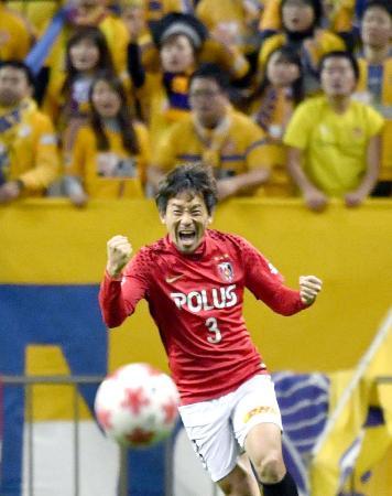 仙台を下して優勝を決め、大喜びの浦和・宇賀神=埼玉スタジアム