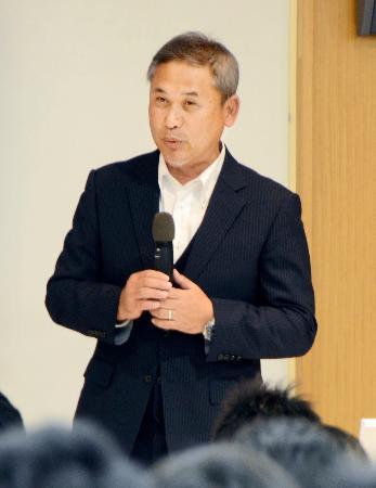 講演するサッカー女子日本代表前監督の佐々木則夫氏=13日、東京都内