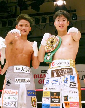 京口紘人(左)と異例の公開スパーリングを行ったWBCライトフライ級王者の拳四朗=後楽園ホール
