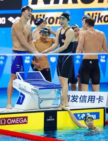 混合200メートルメドレーリレー決勝 短水路日本新記録で4位となり、笑顔を見せる(左から)小関、川本、竹村。下は第4泳者の佐藤=杭州(共同)