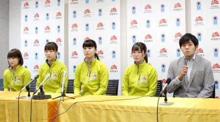 記者会見する両角友佑コーチ(右端)と中部電力の選手=14日午後、長野県軽井沢町