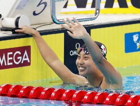 女子100メートル個人メドレーで銀メダルを獲得し、笑顔で手を振る今井月=杭州(共同)