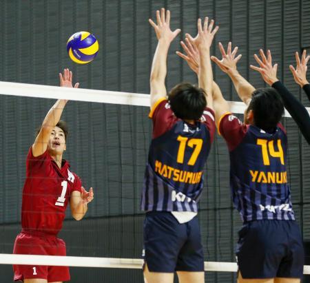 VC長野―早大 第1セット、ポイントを狙う早大・藤中=武蔵の森総合スポーツプラザ