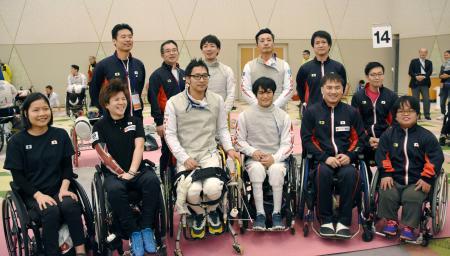 W杯を終え写真に納まる日本選手団=京都市