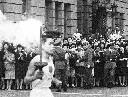 1964年の東京五輪で、東京都千代田区を巡る聖火