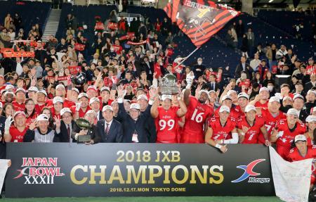 3年連続4度目の優勝を果たし、記念写真に納まる富士通の選手ら=東京ドーム