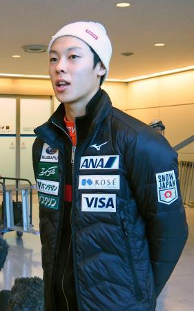 W杯遠征から帰国し、取材に応じるノルディックスキー、ジャンプ男子の小林陵侑=18日、成田空港