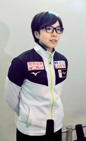 オランダでのW杯から帰国し、取材に応じるスピードスケート女子の小平奈緒=18日、成田空港