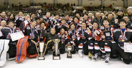 2015年12月、王子を破り優勝を決め、記念撮影で笑顔の日本製紙の選手ら=札幌市月寒体育館