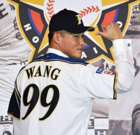 日本ハムの入団記者会見で、背番号「99」を見せる王柏融外野手=19日、台北市内(共同)