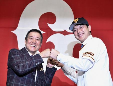 巨人の入団記者会見で、原辰徳監督(左)とポーズをとる岩隈久志投手=19日、東京都内のホテル