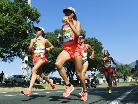 2016年8月、リオ五輪女子マラソンで力走する田中智美(左)と福士加代子(手前)=リオデジャネイロ(共同)