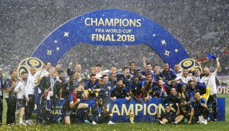 サッカーW杯ロシア大会でクロアチアを破って2度目の世界一に輝き、記念写真に納まるフランスイレブン=7月15日、モスクワ